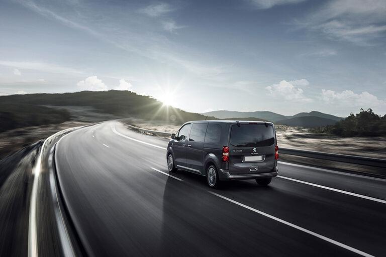 Peugeot Traveller bak i landskap_900x600.jpg
